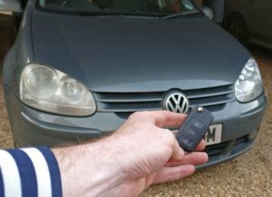 Volkswagen Golf V all keys lost. After open the door, read pin from ignition lock. Cut the key blade and program the immobiliser and the remote.