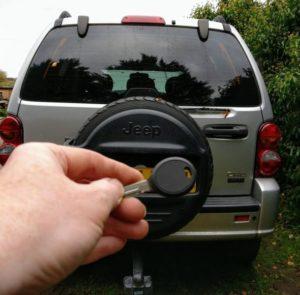 Jeep Cherookee 2004 lost all keys. new transponder key cut and programmed.